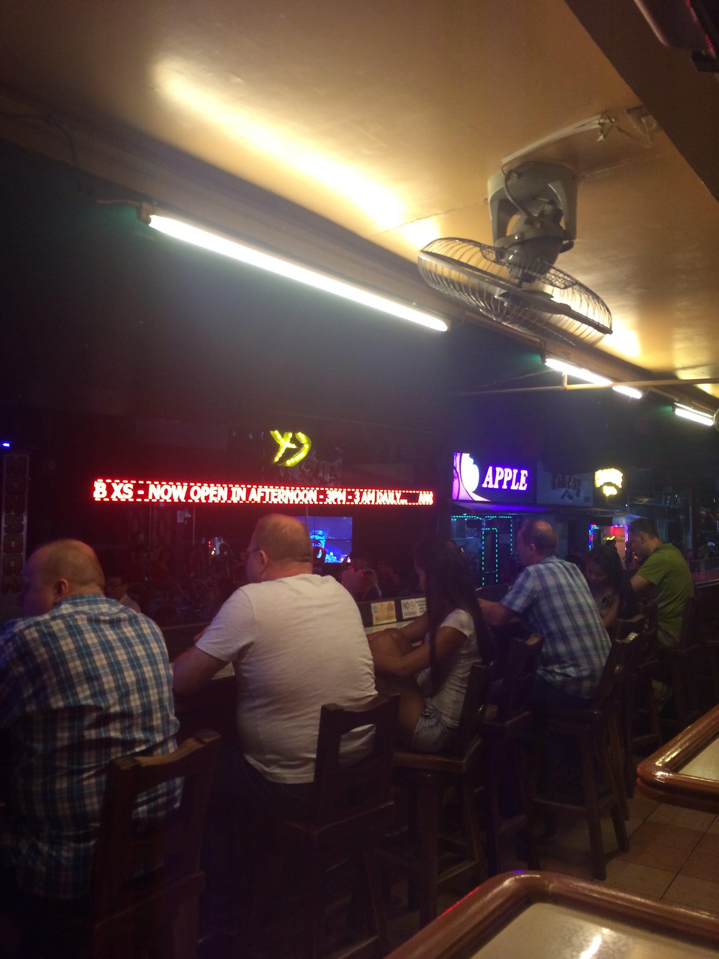 アンヘレス ウォーキングストリートど真ん中にあるココモスレストラン(Kokomo's Restaurant)のテイクアウトがお手軽ウマだった件
